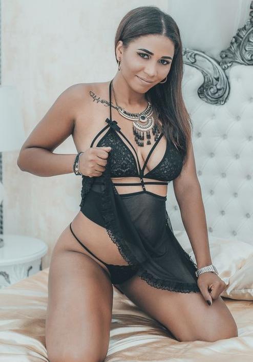 Webcam girl Nicole wearing sexy underwear